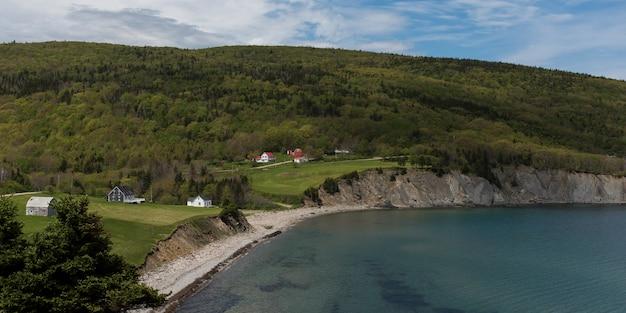 Vue panoramique du village au bord de la côte, cape north, île du cap-breton, nouvelle-écosse, canada Photo Premium