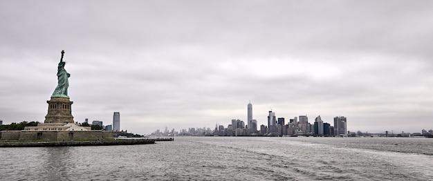 Vue Panoramique De L'incroyable Statue De La Liberté à New York Photo gratuit