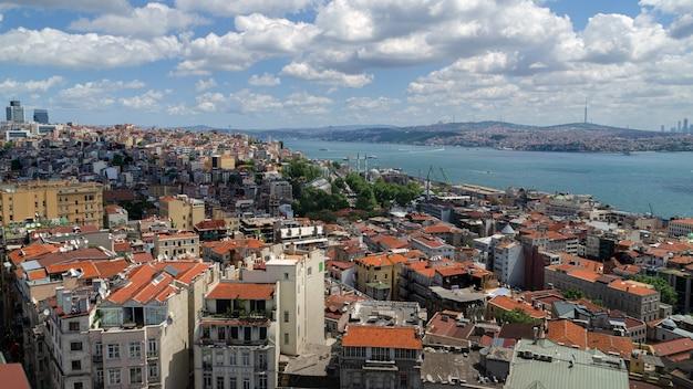 Vue Panoramique D'istanbul Depuis La Tour De Galata. Ponts, Mosquées Et Bosphore. Istanbul, Turquie. Photo Premium