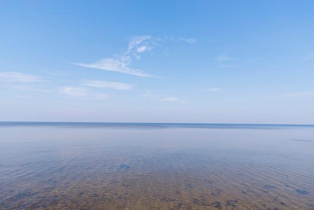 Vue panoramique de la mer idyllique sur ciel bleu Photo gratuit