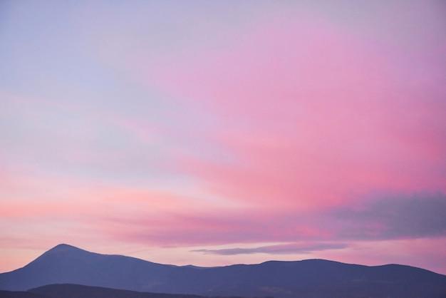 Vue Panoramique Sur Les Montagnes Du Lever Du Soleil Dans Les Carpates, En Ukraine. Photo gratuit