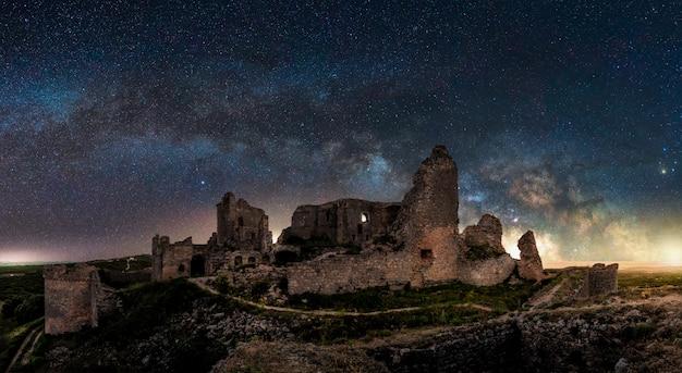 Vue panoramique d'un paysage de nuit avec l'arc de la voie lactée en espagne Photo Premium