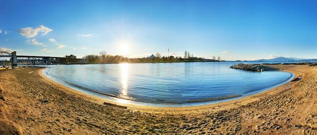 Vue panoramique de la plage de sable fin. Photo Premium