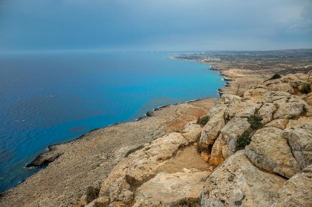 Vue panoramique sur la ville d'ayia napa depuis le point de vue situé au sommet de la montagne cape cavo greco. Photo Premium