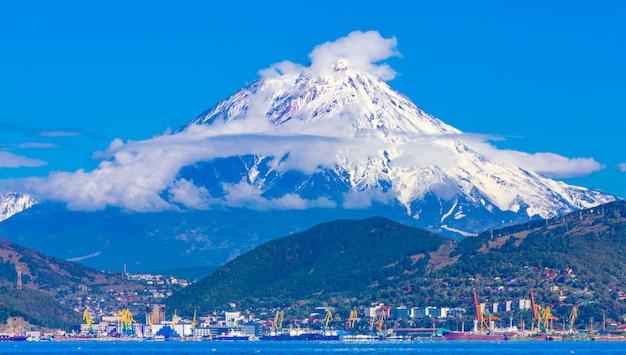 Vue Panoramique De La Ville De Petropavlovsk-kamchatsky Et Des Volcans: Volcan Koryaksky, Volcan Avacha, Volcan Kozelsky. Extrême-orient Russe, Kamchatka Photo Premium