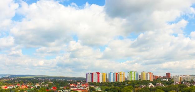 Vue Panoramique De La Ville à Vol D'oiseau Par Temps Nuageux Photo Premium