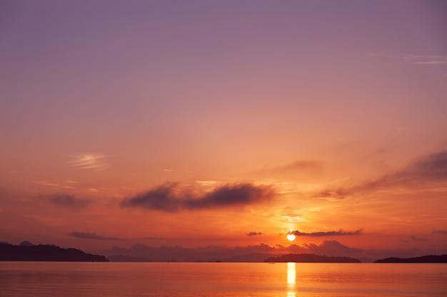 Vue De Paysage De Belle Couleur Pourpre Douce De Paysage Marin Au Lever Ou Coucher Du Soleil à Phuket Photo Premium