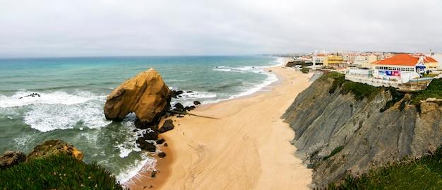 Vue de paysage de la belle plage de santa cruz, située à torres vedras, au portugal. Photo Premium
