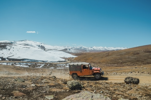 Vue de paysage d'un chemin de terre sinueux le long de la chaîne de montagnes enneigée, pakistan. Photo Premium