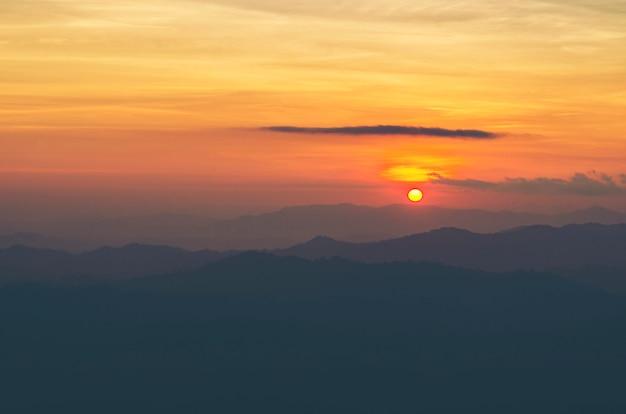 Vue de paysage des couches de montagne de forêt tropicale, fond de coucher de soleil nature Photo Premium