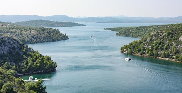 Vue Paysage De La Rivière Krka En Croatie Entourée D'arbres Et De Montagnes Photo gratuit