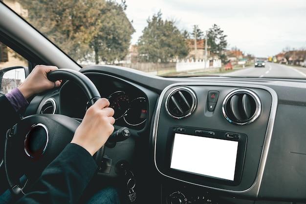 Vue D'une Personne Conduisant Une Voiture De Luxe Dans La Rue Vide Capturée Par Une Journée Ensoleillée Photo gratuit