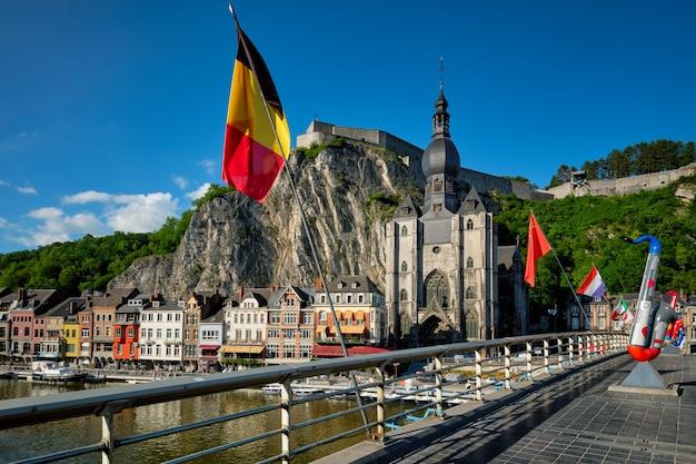 Vue Sur La Pittoresque Ville De Dinant. Belgique Photo Premium