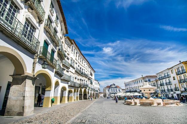 Vue de la place giraldo située à evora, au portugal. Photo Premium