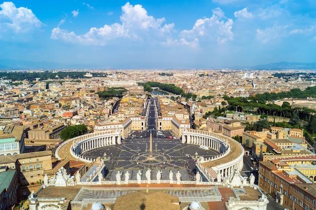 Vue de la place saint-pierre depuis le toit de la basilique saint-pierre, rome Photo Premium