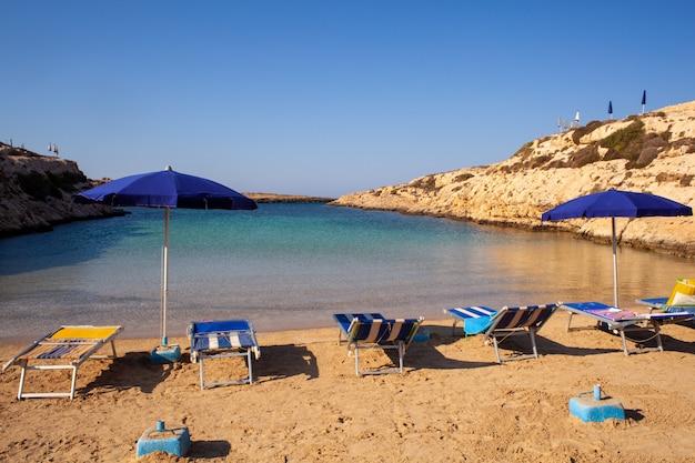 Vue de la plage de cala madonna en saison estivale Photo Premium