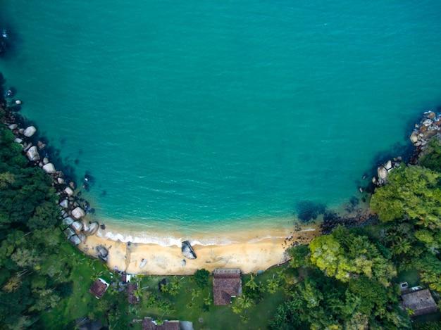 Vue De La Plage, La Mer Et La Forêt Par Temps Nuageux à Prainha, Une Plage Tropicale Près De Paraty Photo Premium