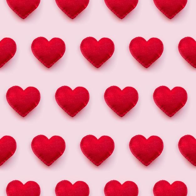 Vue plate des coeurs de la saint-valentin sur fond rose Photo Premium