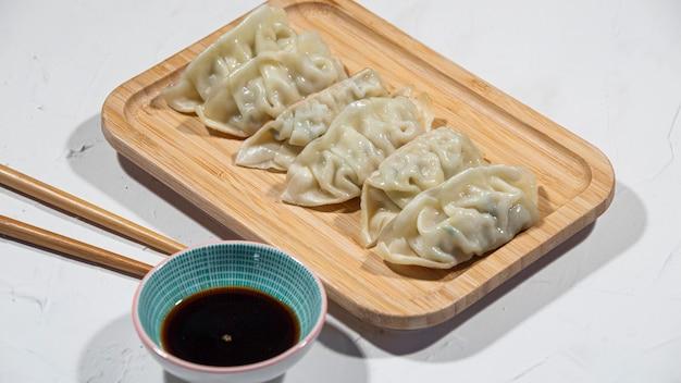 Vue D'un Plateau D'entrées Japonaises Gyoza, Dans Un Restaurant Ou Une Cuisine. Photo Premium