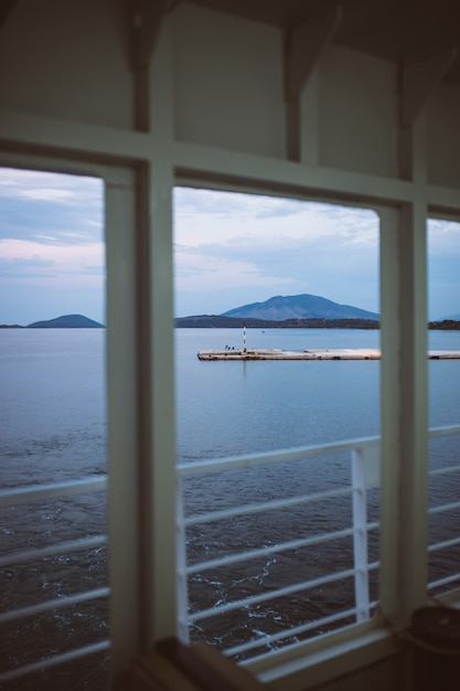 Une vue d'un pont de grand bateau de croisière Photo Premium