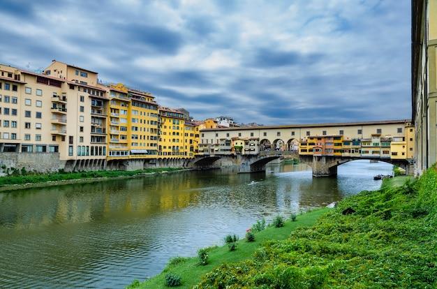Vue Sur Le Pont Vecchio Dans La Ville De Florence Photo Premium