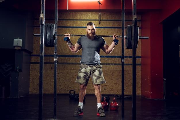 Vue De Portrait De Jeune Homme Barbu Concentré Fort Musclé Bodybuilder Photo Premium