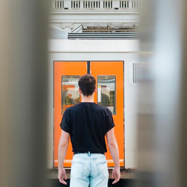Vue postérieure, de, homme, debout, devant, porte rail Photo gratuit