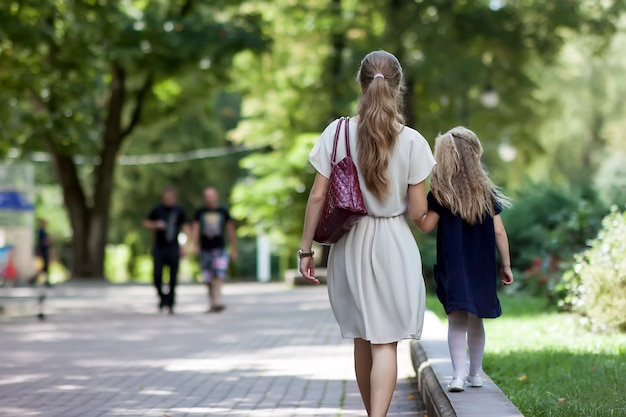 Vue postérieure, de, jeune mère, marche, à, petite fille Photo Premium