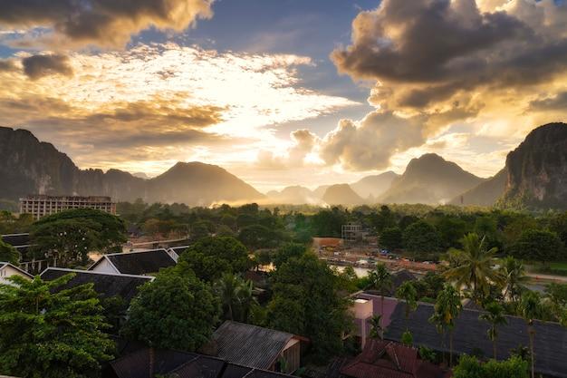 Vue Pour Le Coucher Du Soleil à Vang Vieng, Laos. Photo Premium