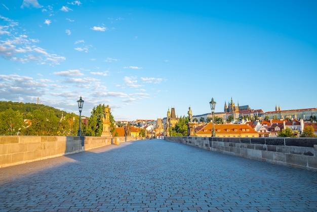 Vue de prague, pont charles, rivière vltava, cathédrale saint-guy par une journée ensoleillée Photo Premium
