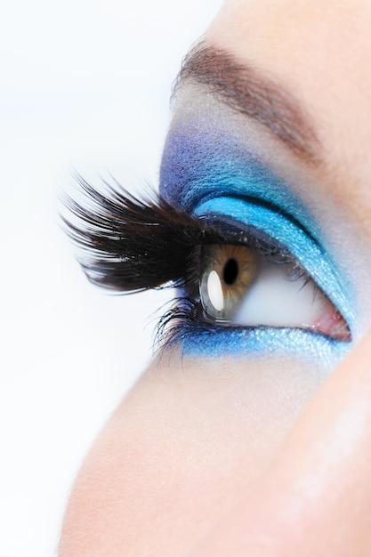 Vue De Profil D'un œil Féminin Avec Maquillage Bleu Vif Et Longs Faux Cils Noirs Photo gratuit
