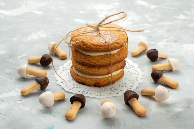 Vue Rapprochée Avant Bâton Cookies Doux Avec Différentes Capes De Chocolat Bordées De Biscuits Sandwich Sur La Surface Gris Clair Biscuit Biscuit Photo gratuit