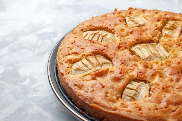 Vue Rapprochée Avant Délicieux Tarte Aux Pommes Sucré Cuit à L'intérieur De La Casserole Sur Le Bureau Blanc Gâteau Tarte Biscuit Sucré Photo gratuit