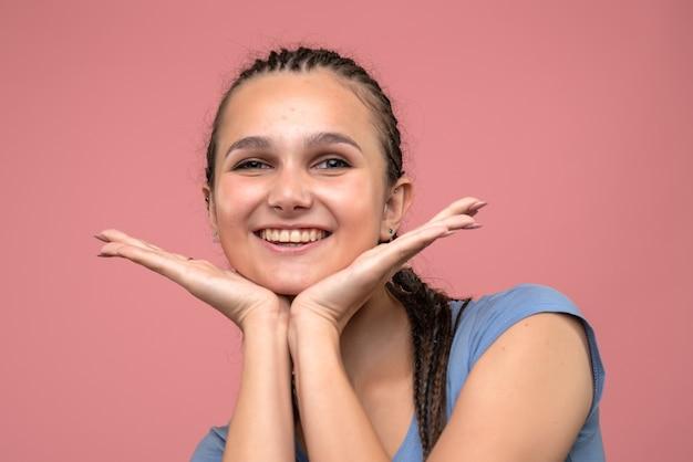 Vue Rapprochée Avant Jeune Fille Souriante Sur Rose Photo gratuit