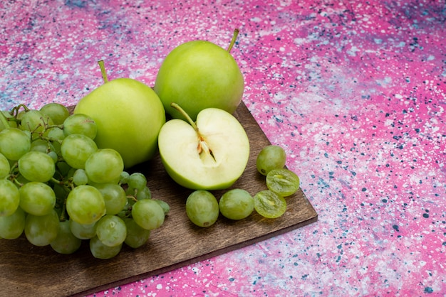 Vue Rapprochée Avant De Raisins Verts Avec Pomme Verte Sur Le Bureau Violet Photo gratuit
