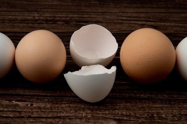 Vue Rapprochée De La Coquille D'oeuf Et Des œufs Sur Fond De Bois Photo gratuit