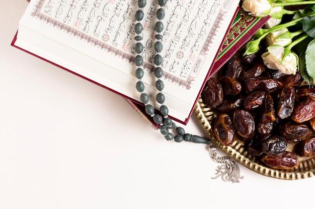 Vue Rapprochée Des Dates Et Du Coran Photo gratuit