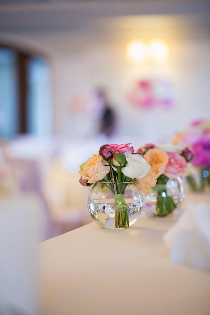Vue rapprochée des décorations florales de mariage Photo Premium