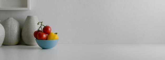 Vue Rapprochée Du Concepteur D'intérieur Blanc Moderne Avec Bol De Légumes, Vases En Céramique Et Espace Copie Photo Premium