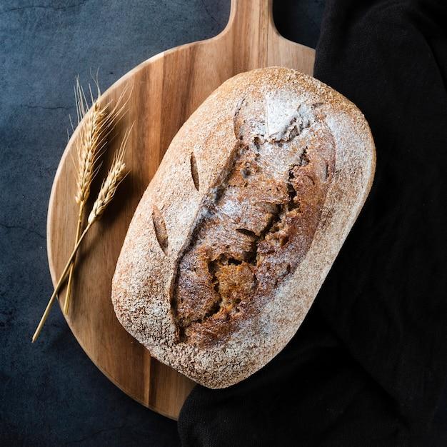Vue rapprochée du pain et du blé sur le hachoir Photo gratuit