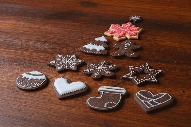 Vue rapprochée du sapin de noël fabriqué à partir de cookies Photo Premium