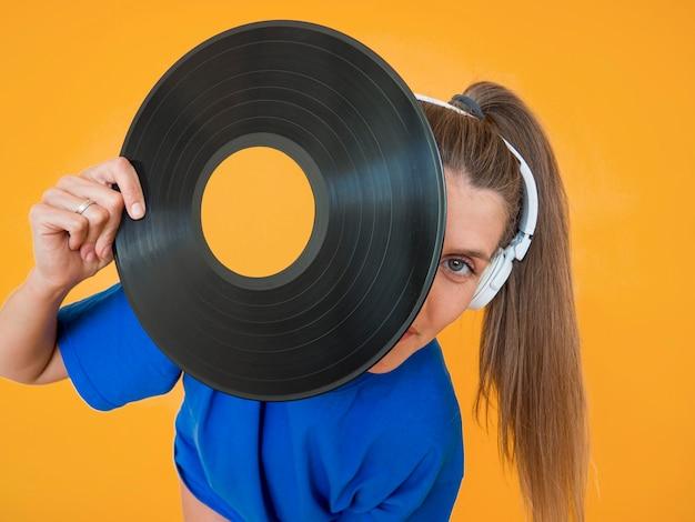 Vue Rapprochée Du Vinyle Et De La Femme Photo gratuit