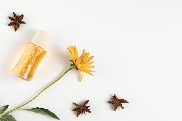 Vue Rapprochée Des étoiles D'anis Et De La Bouteille D'huile Essentielle Photo gratuit