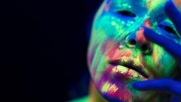 Vue Rapprochée De Femme Avec Du Maquillage Fluorescent Coloré Photo gratuit