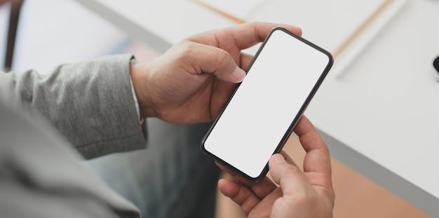 Vue Rapprochée D'homme D'affaires Professionnel Tenant Un Smartphone à écran Blanc Photo Premium