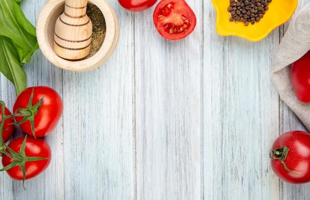 Vue Rapprochée Des Légumes Comme Des épinards De Tomate Avec Un Broyeur D'ail Au Poivre Noir Sur Une Table En Bois Avec Copie Espace Photo gratuit
