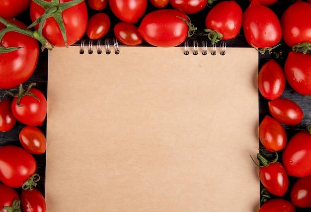 Vue Rapprochée De Tomates Autour De Bloc-notes Sur Table En Bois Avec Espace Copie Photo gratuit