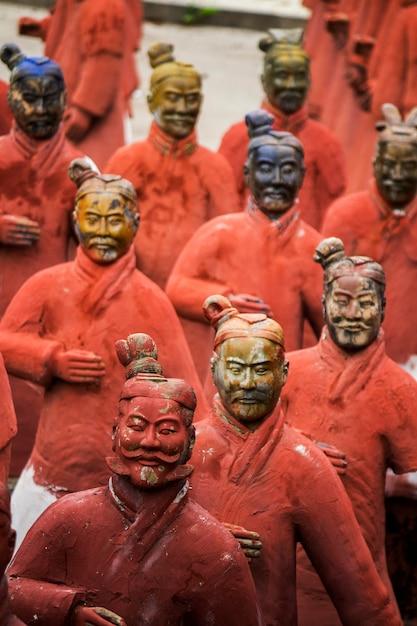 Vue de la réplique de statues situées dans le parc buddha eden, bombarral, portugal Photo Premium