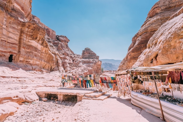 Vue des rochers et chemin vers le monastère de petra, en jordanie. Photo Premium