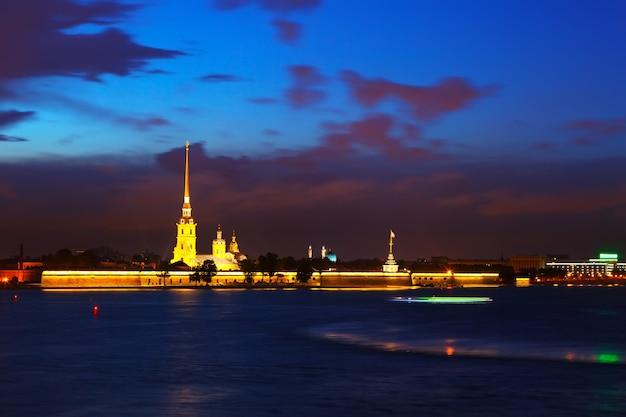 Vue de saint-pétersbourg en nuit Photo gratuit